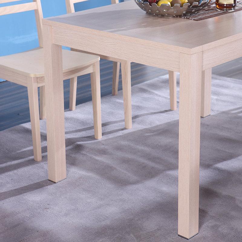 实木餐桌是由天然木材制成的餐桌